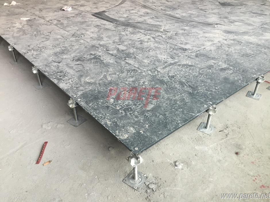 Steel raised floor with independent support